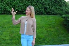 Los controles de la mujer joven en manos de llaves del finger disfrutan y las risas, s Imagen de archivo