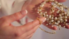 Los controles de la novia en el suyo dan un collar La novia sostiene a disposición un collar hermoso con el diamante almacen de metraje de vídeo