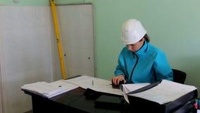 Los controles del constructor del ingeniero el proyecto ponen un sello almacen de video