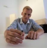Los controles del hombre en el suyo dan una junta Foto de archivo libre de regalías