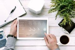 Los controles del hombre hacen tabletas la PC con el encargado de finanzas personales Fotografía de archivo libre de regalías