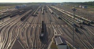 Los convoyes del cargo llenados del carbón están viajando metrajes