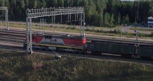 Los convoyes del cargo llenados del carbón van por el ferrocarril metrajes