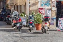 Los Cooters parquearon fuera de la tienda en la isla de Ortigia en Syracuse Foto de archivo libre de regalías