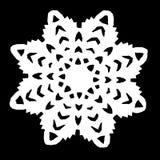 Los copos de nieve blancos cortaron del documento sobre un fondo negro imagenes de archivo