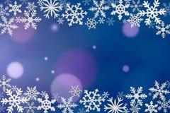 Los copos de nieve enmarcan en fondo azul Fotografía de archivo