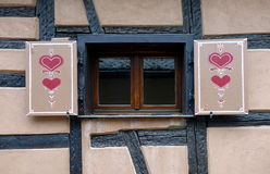 Los corazones adornaron el obturador de las ventanas Foto de archivo