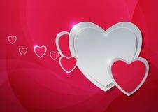Los corazones cortaron del documento sobre fondo rosado abstracto Fotos de archivo libres de regalías