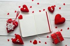 Los corazones de la tarjeta del día de San Valentín, caja de regalo con el cuaderno en blanco abierto en blanco cortejan Imágenes de archivo libres de regalías