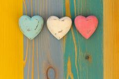 Los corazones de la tarjeta del día de San Valentín del amor en el tablero pintado textura de madera Backgrou Imagen de archivo