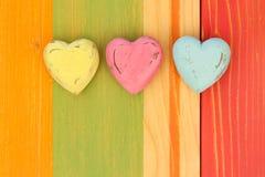 Los corazones de la tarjeta del día de San Valentín del amor en el tablero pintado textura de madera Backgrou Foto de archivo libre de regalías