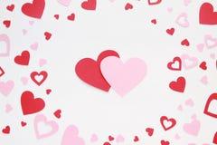 Los corazones de la tarjeta del día de San Valentín en el primer blanco del fondo Fotografía de archivo libre de regalías
