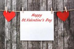 Los corazones de la tarjeta del día de San Valentín con el trozo de papel vacío imagenes de archivo