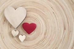 Los corazones de madera de la tarjeta del día de San Valentín en un fondo de madera Imagen de archivo libre de regalías
