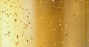 Los corazones de oro del día de San Valentín forman subida como el movimiento de las burbujas del champán de los rizos en el fond almacen de video