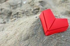 Los corazones de papel de la tarjeta del día de San Valentín Imagen de archivo
