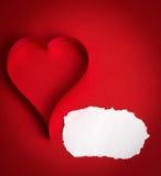 Los corazones de papel de la tarjeta del día de San Valentín en un fondo rojo Fotografía de archivo libre de regalías