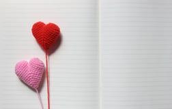 Los corazones del amor en el Libro Blanco texturizan el fondo, tono suave de la luz, Foto de archivo libre de regalías
