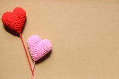 Los corazones del amor en el papel marrón texturizan el fondo, tono suave de la luz, Imagen de archivo