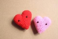 Los corazones del amor en el papel marrón texturizan el fondo, tono suave de la luz, Imágenes de archivo libres de regalías