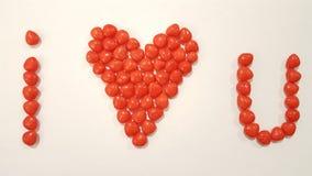 Los corazones del canela explican te amo en el fondo blanco fotos de archivo