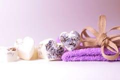 Los corazones del jabón de la lavanda del balneario con un lino arquean Imagen de archivo