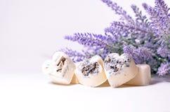 Los corazones del jabón del balneario con una lavanda florecen Imagen de archivo
