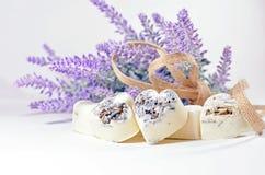 Los corazones del jabón del balneario con una lavanda florecen Imagen de archivo libre de regalías