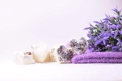 Los corazones del jabón del balneario con una lavanda florecen Fotos de archivo