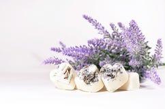 Los corazones del jabón del balneario con una lavanda florecen Fotografía de archivo libre de regalías