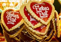 Los corazones del pan de jengibre en el mercado de la Navidad Foto de archivo