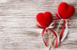 Los corazones en la decoración de madera del día de San Valentín del fondo, aman concentrado Imagen de archivo libre de regalías
