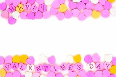 Los corazones felices del caramelo del día de tarjetas del día de San Valentín doblan la frontera sobre blanco Fotos de archivo libres de regalías