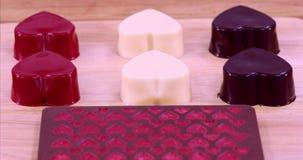 Los corazones formaron el chocolate para el día de tarjeta del día de San Valentín
