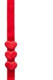 Los corazones rojos sobre cinta enmarcan el fondo para las tarjetas del día de San Valentín aisladas Imágenes de archivo libres de regalías