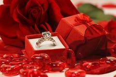 Los corazones rojos y subieron con el anillo de bodas Imágenes de archivo libres de regalías