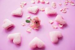 Los corazones rosados y subieron Imágenes de archivo libres de regalías