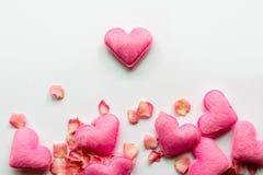 Los corazones rosados y subieron Fotografía de archivo libre de regalías