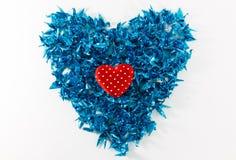 Los corazones y el documento azul de los pájaros sobre el fondo blanco Foto de archivo libre de regalías