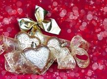 Los corazones y la cinta decorativa del Año Nuevo del oro Imagenes de archivo