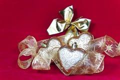 Los corazones y la cinta decorativa del Año Nuevo del oro Imagen de archivo libre de regalías