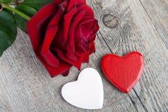 Los corazones y subieron para el día de tarjeta del día de San Valentín Fotos de archivo libres de regalías