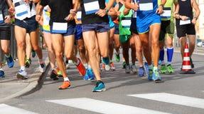 Los corredores corren en la meta durante la raza en la ciudad fotografía de archivo