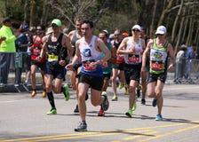 Los corredores corrieron encima de la colina de la angustia durante Boston maratón el 18 de abril de 2016 en Boston Imagenes de archivo