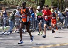 Los corredores corrieron encima de la colina de la angustia durante Boston maratón el 18 de abril de 2016 en Boston Foto de archivo