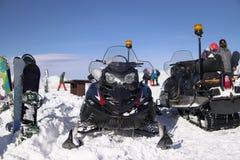 Los corredores de la nieve compiten con en la estación de esquí, snowboard imagenes de archivo