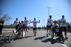 Los corredores discapacitados en sillas de ruedas compiten en raza en 31 Medio maratón de Belgrado fotografía de archivo libre de regalías