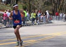 Los corredores masculinos compiten con encima de la colina de la angustia durante Boston maratón el 18 de abril de 2016 en Boston Imagen de archivo