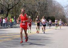 Los corredores masculinos compiten con encima de la colina de la angustia durante Boston maratón el 18 de abril de 2016 en Boston Fotos de archivo libres de regalías