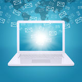 Los correos electrónicos vuelan de la pantalla del ordenador portátil Imágenes de archivo libres de regalías